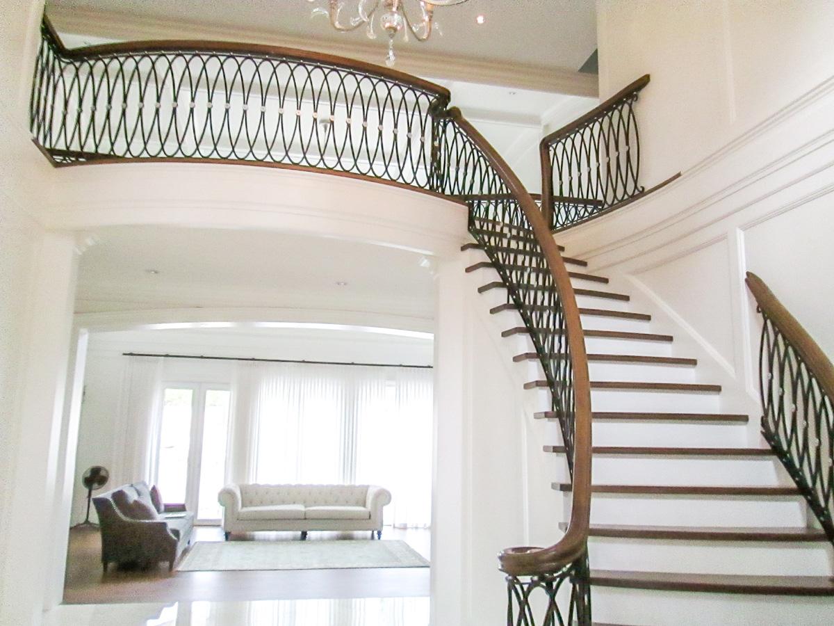 Каковы преимущества использования деревянных перил для лестниц